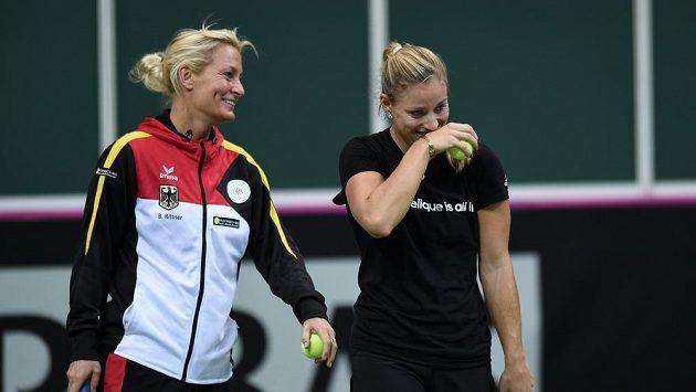Německá kapitánka týmu Barbara Rittnerová (vlevo) a tenistka Angelique Kerberová měly nejenom během tréniku v pražské O2 Areně výbornou náladu.