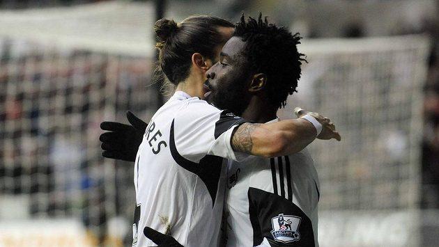 Bonymu Wilfriedovi (vpravo) gratuluje k brance spoluhráč ze Swansea Chico Flores.