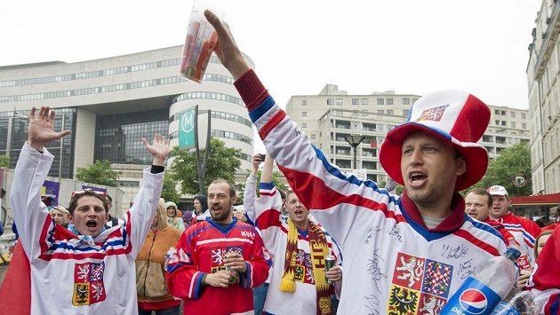 Čeští fanoušci před halou v Paříži.