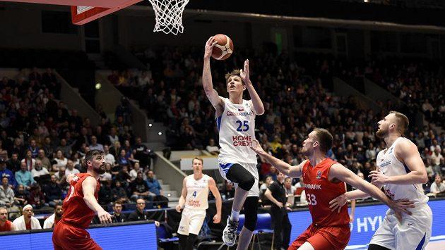 Český basketbalista Vít Krejčí zakončuje v utkání s Dány.