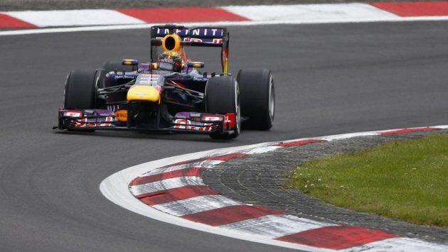 Sebastian Vettel ve svém redbullu během tréninku na Velkou cenu Německa.
