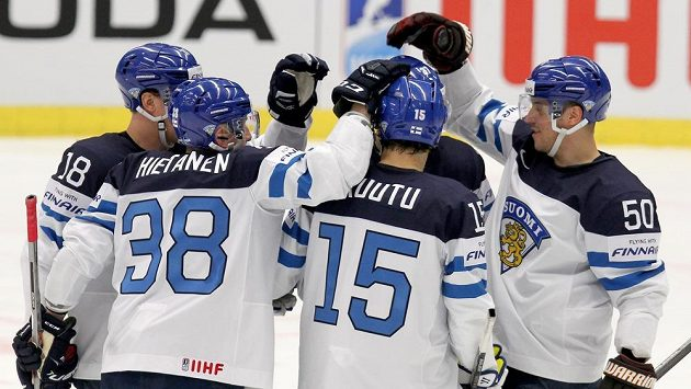 Hokejisté Finska se radují z branky proti Slovinsku.