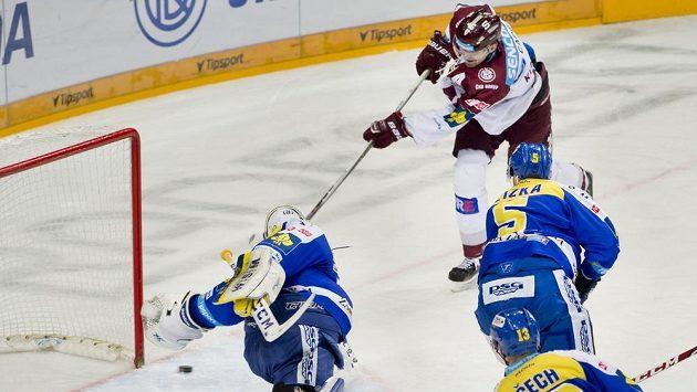 Útočník Sparty Petr Kumstát (vzadu) střílí gól zlínskému brankáři Liboru Kašíkovi.