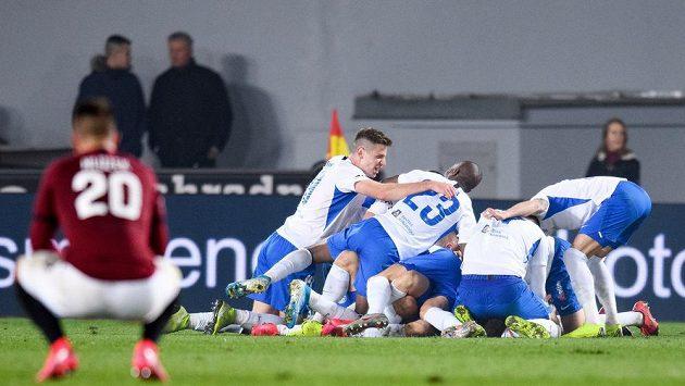 Liberecká radost na Letné. Fotbalisté Slovanu Liberec oslavují druhý gól během utkání 21. kola Fortuna ligy na Spartě.