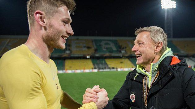 Obránce Sparty Praha Jakub Brabec a trenér Zdeněk Ščasný si gratulují po postupu v ruském Krasnodaru.