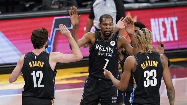 Basketbalisté Brooklynu Nets Kevin Durant (7), Joe Harris (12) a Nicolas Claxton (33) během utkání s New Orleans Pelicans.