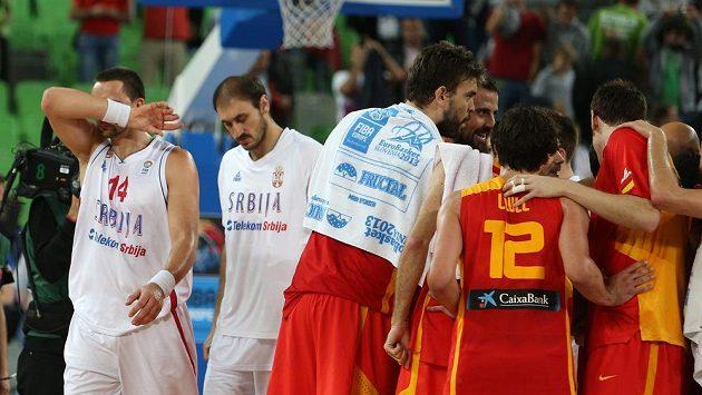 Basketbalisté Španělska slaví na mistrovství Evropy ve Slovinsku čtvrtfinálové vítězství nad Srbskem. Vlevo zklamaný Rasko Katič (s číslem 14) a Nenad Krstič.