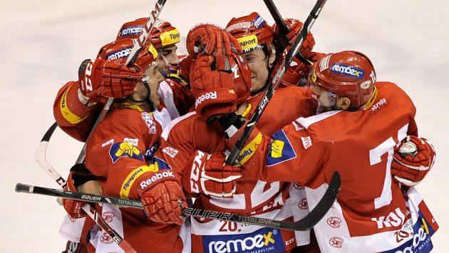 Hráči Slavie se radují z vítězné branky na ledě Pardubic.