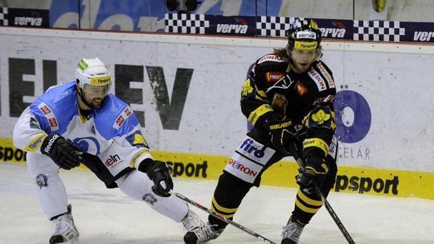 Hokejista Litvínova Kamil Piroš (vpravo).