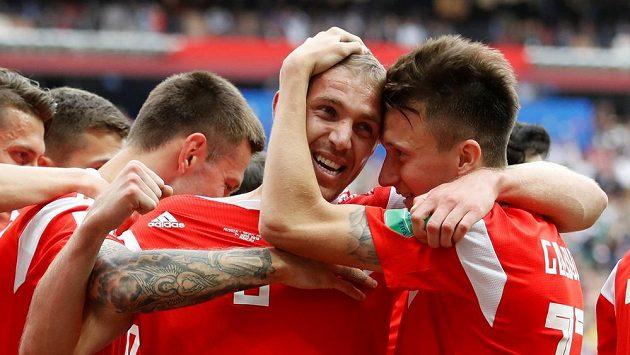 Ruská radost v utkání mistrovství světa proti Saúdské Arábii. První gól domácího týmu vstřelil Jurij Gazinskij, kterému gratulují spoluhráči.