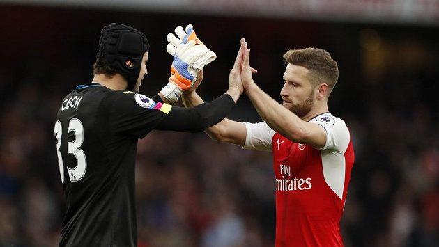 Brankář Arsenalu Petr Čech a jeho spoluhráč Shkodran Mustafi při vítězném gestu po zápase se Swansea.