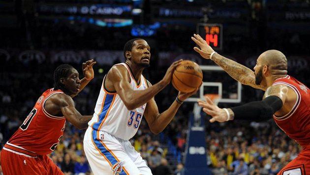 Kevin Durant (uprostřed) byl s 32 body největším tahounem Oklahomy.