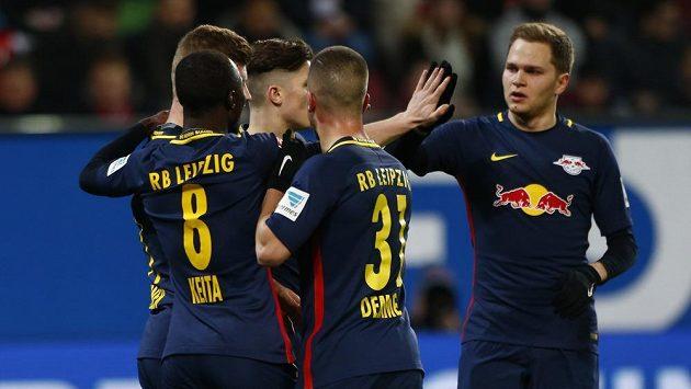 Fotbalisté Lipska se radují z gólu proti Augsburgu.