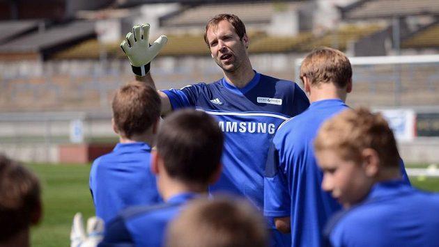 Petr Čech a jeho spoluhráči dostali od nového kouče Chelsea Mourinha delší volno. Čech ho tráví ve své akademii na Strahově,