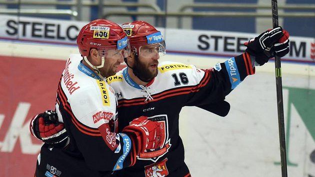 Roman Kukumberg (vpravo) z Hradce se raduje ze svého gólu proti Vítkovicím se spoluhráčem Jaroslavem Bednářem.