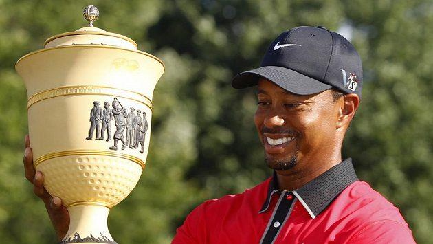 Tiger Woods s trofejí pro vítěze turnaje v Akronu