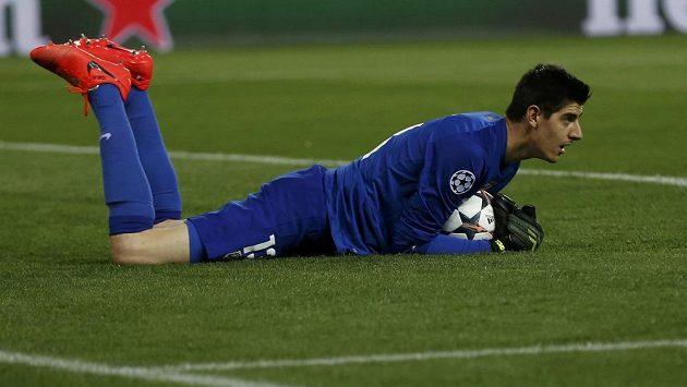 Gólma Atlética Thibaut Courtois drží míč v utkání proti Barceloně.
