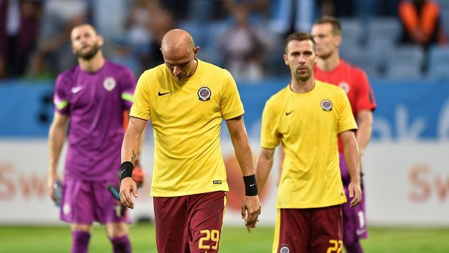 Opaření fotbalisté Sparty Praha po porážce od Malmö. Zleva David Bičík, Roman Benář a Josef Hušbauer.