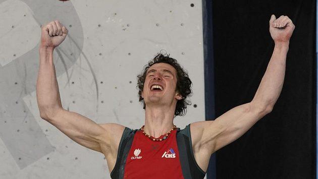 Lezec Adam Ondra se raduje z druhého vítězství závodu světového poháru.