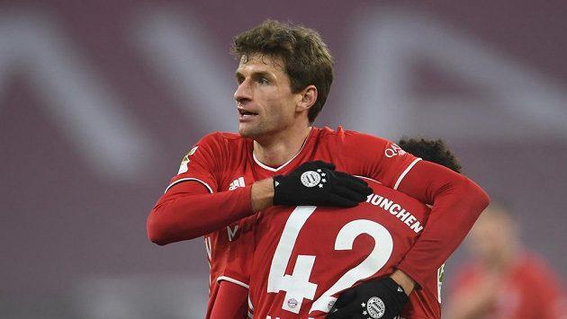 Fotbalisté Bayernu Thomas Müller (vlevo) a Jamal Musiala se radují z gólu proti Lipsku.