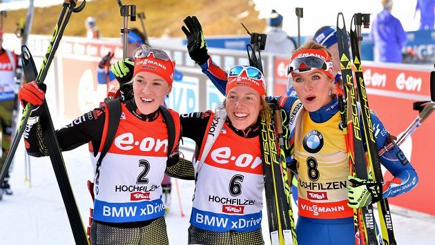 Tři nejlepší po stíhačce v Hochfilzenu: Laura Dahlmeierová (uprostřed), Maren Hammerschmidtová (vlevo), a Gabriela Soukalová.