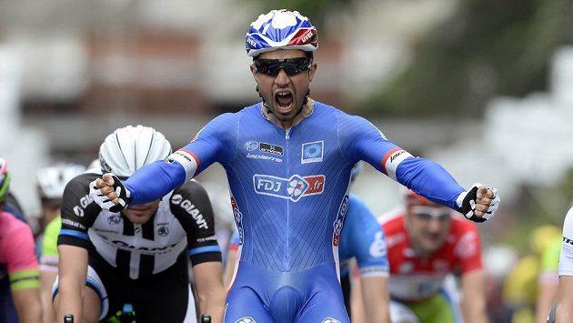 Francouz Nacer Bouhanni se raduje z vítězství v 7. etapě Giro d'Italia.