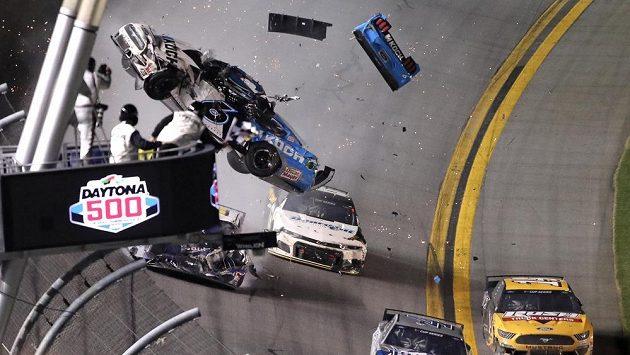 Závodník Ryan Newman skončil po ošklivé bouračce v nemocnici.