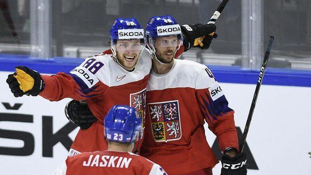 Čeští hráči (zleva) David Pastrňák, Dmitrij Jaškin a David Krejčí se radují z gólu - ilustrační foto.