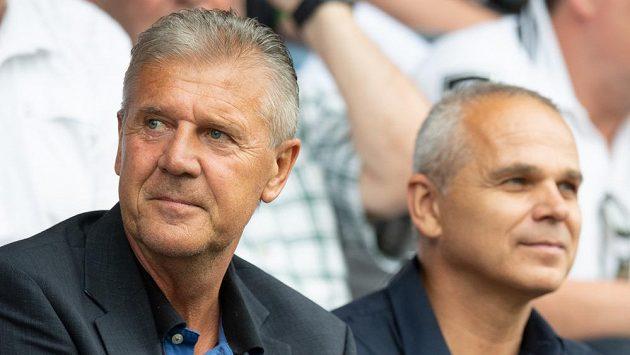 Předseda komise rozhodčích Jozef Chovanec (vlevo) během derby Bohemians - Sparta po boku trenéra Vítězslava Lavičky.
