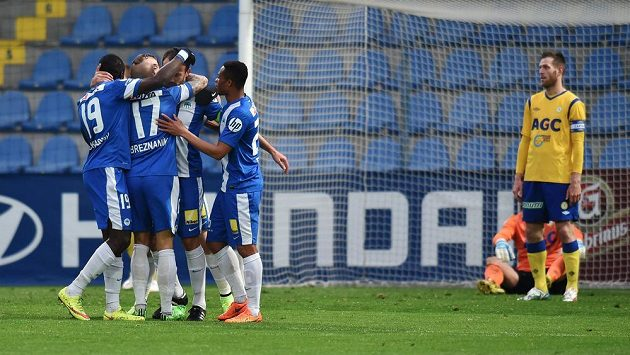 Liberečtí fotbalisté se radují z gólu proti Teplicím. Vpravo je kapitán žlutomodrých Štěpán Vachoušek a brankář Tomáš Grigar.