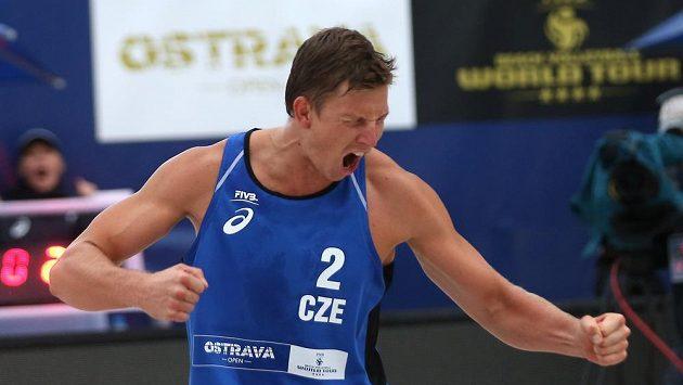 Ondřej Perušič a David Schweiner (na snímku) z České republiky v utkání proti brazilské dvojici Evandro, Vitor Felipe.