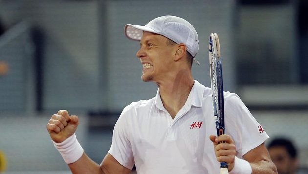 Tomáš Berdych se raduje z postupu do semifinále.