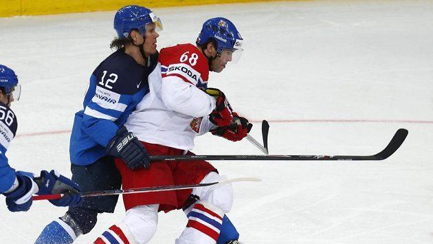 Finský hokejista Olli Jokinen (vlevo) atakuje Jaromíra Jágra v semifinále MS mezi českou reprezentací a Finskem.