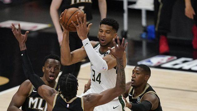 Hvězdný basketbalista týmu Milwaukee Bucks Giannis Antetokounmpo (34) sice v tuto chvíli drží míč během utkání play off s Atlantou Hawks. Ale ve třetí čtvrtině musel ze hry odstoupit s poraněným kolenem.