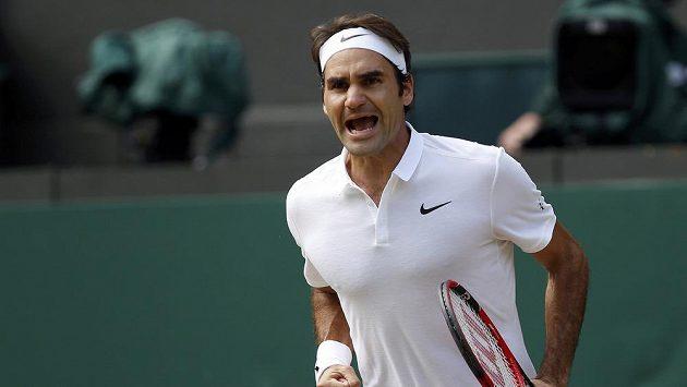 Roger Federer se raduje z vítězství nad Marinem Čiličem ve čtvrtfinále Wimbledonu.