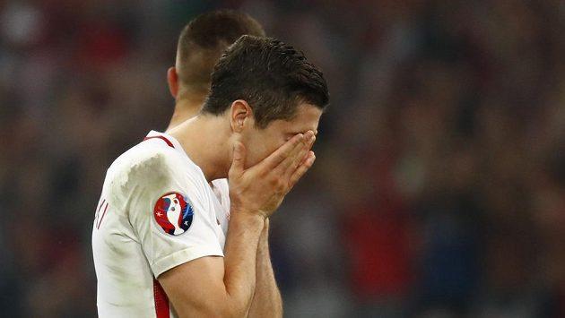 Zklamaný Robert Lewandowski po porážce v penaltovém rozstřelu.