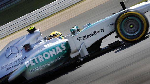 Britský pilot Mercedesu Lewis Hamilton završil kvalifikační hattrick.