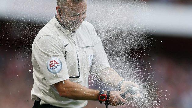 Arbitr zápasu Arsenal - Crystal Palace Jon Moss bojuje se svým novým pomocníkem.
