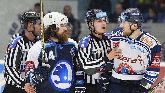 Problém? Ryan Hollweg z Plzně (druhý zleva) a Jakub Lev z Vítkovic (vpravo).