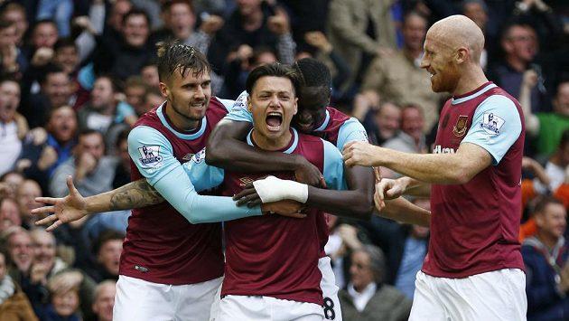 Mauro Zarate z West Hamu se raduje z gólu proti Chelsea.