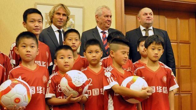 Fotbalista Pavel Nedvěd (vzadu vlevo) oficiálně otevřel v Šanghaji fotbalovou školu pro čínské děti. Slavnostního aktu se zúčastnil také český prezident Miloš Zeman (vzadu druhý zprava) a šéf českého fotbalového svazu Miroslav Pelta (vpravo).