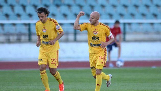 Záložník Dukly Patrik Gedeon (vpravo) slaví výhru svého týmu.