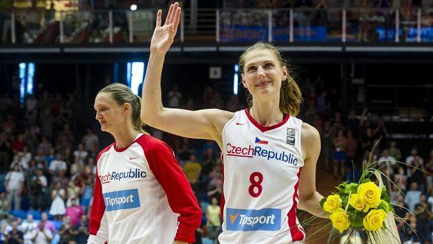 Ilona Burgrová (vpravo) a Petra Kulichová hrály poslední zápas za českou reprezentaci. Basketbaistky se po utkání se Španělskem loučily s diváky.