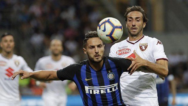 Danilo D'Ambrosio z Interu Milán a Emiliano Moretti z Turína během utkání, které skončilo 2:2.