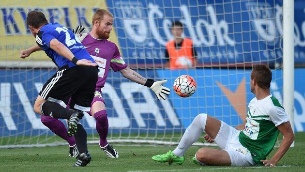 Jablonecký brankář Vlastimil Hrubý inkasuje druhý gól. Vlevo autor gólu, záložník Bohemians Tomáš Čížek.