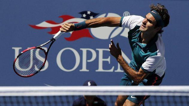 Roger Federer ze Švýcarska servíruje v zápase s Philippem Kohlschreiberem.