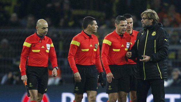 Kouč Dortmundu Jürgen Klopp (vpravo) hovoří se sudím Damirem Skominou po skončení odvety čtvrtfinále Ligy mistrů proti Realu Madrid.