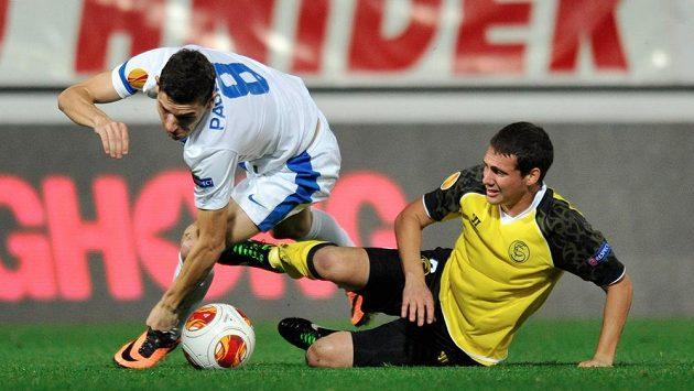 Liberecký záložník David Pavelka (vlevo) a Sebastián Cristoforo ze Sevilly v utkání Evropské ligy.