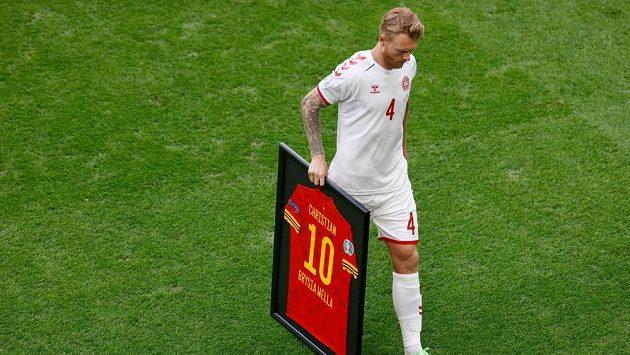 Dánský fotbalista Simon Kjaer před osmifinále EURO převzal dres Walesu určený pro jeho spoluhráče Christiana Eriksena. Ten kvůli kolapsu na šampionátu dohrál.