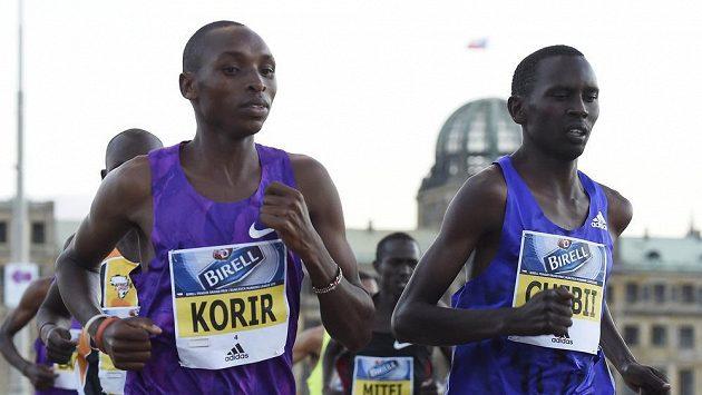 Keňský vytrvalec Daniel Chebii (vpravo) společně se svým reprezentačním kolegou Japhetem Korirer udávají tempo při Grand prix v Praze.